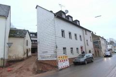 Teilansicht Giebel, links Stichstraße und Nebengebäude