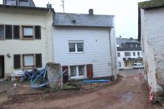 Rückseite mit Freisitz und Stichstraße, rechts das Nebengebäude