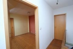 links Wohnraum 4 im DG, rechts Tür zur Ausbaureserve im DG
