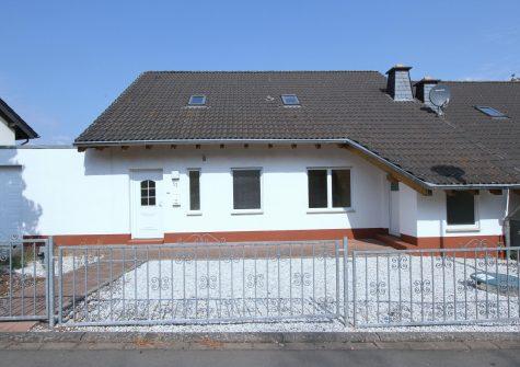 geräumige lichtdurchflutete Doppelhaushälfte mit Garten, Terrasse und Garage in Bettenfeld