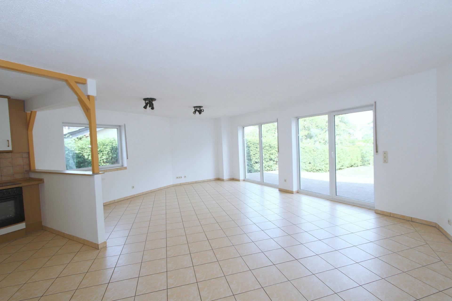 ger umige lichtdurchflutete doppelhaush lfte mit garten terrasse und garage in bettenfeld. Black Bedroom Furniture Sets. Home Design Ideas