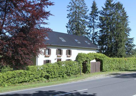 **Wohntraum in Alleinlage** renoviertes früheres Forsthaus mit Scheune und 1,5 Hektar Grundstück