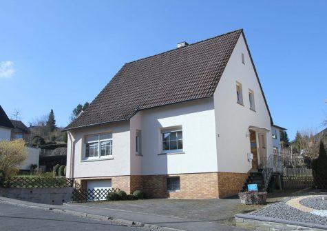 gemütliches Einfamilienhaus mit 2 Wohneinheiten, 2 Garagen, Terrasse und Garten in Gerolstein