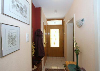 Flur im EG, rechts die Tür zum Schlafzimmer
