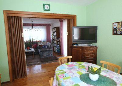 Esszimmer im EG mit Blick zum Wohnzimmer
