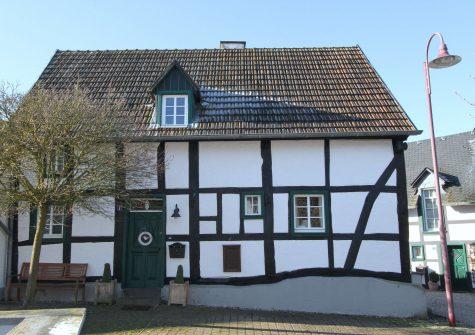 340 Jahre altes, liebevoll renoviertes historisches Fachwerkhaus mit kleinem Garten in dörflicher Lage