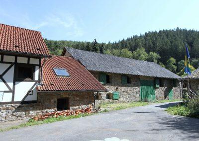 Links die ehemalige Mühle, daneben die Scheune