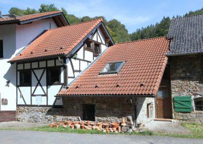ehemalige Mühle mit Tür zur Gastwirtschaft
