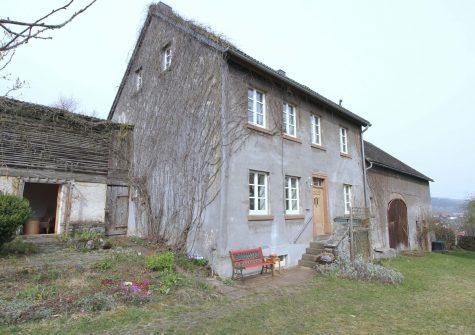 romantisches Bauernhaus mit Scheune, großem Garten und altem Baumbestand