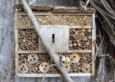gut besuchtes Insektenhotel am Südgiebel