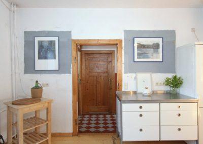 gemütliche Wohnküche mit Blick in den Flur