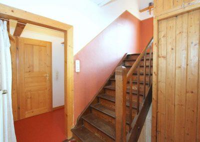 originale Holztreppe zum Obergeschoss