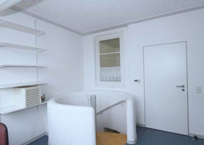 Anmeldung mit Kellertreppe und mit Tür zur Küche
