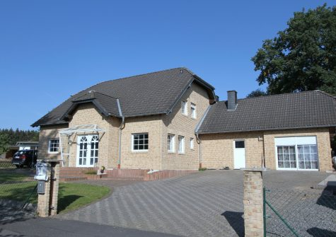 attraktives Landhaus mit Einliegerwohnung und Garage in ländlicher Lage