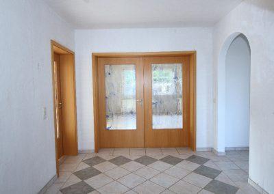 Diele im Erdgeschoss mit Tür zum Wohnzimmer