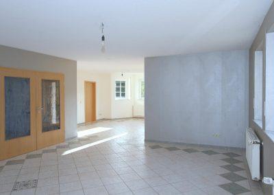 Wohnzimmer im Erdgeschoss mit Blick zum Esszimmer