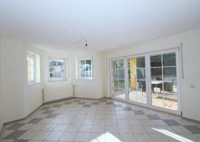 helles Esszimmer mit Ausgang zur Terrasse