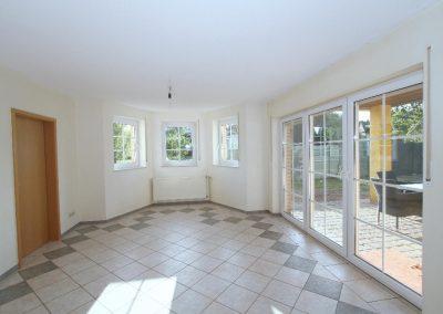 helles Esszimmer im EG, links die Tür zur Küche
