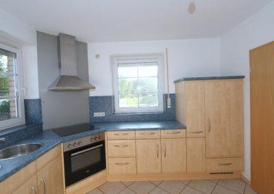 Küche im Erdgeschoss, rechts die Tür zum Esszimmer