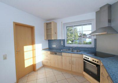 Küche im Erdgeschoss, links die Tür zur Speisekammer