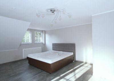 Schlafzimmer 1 im DG mit Ausgang zum Erker