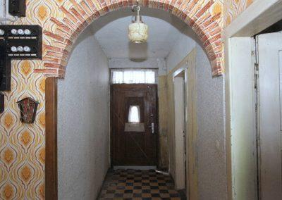 Flur mit Haustür im EG, rechts im Bild die Küchentür