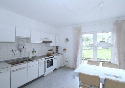 geräumige Küche mit Ausgang zur Terrasse