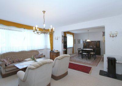 Wohnzimmer mit Durchgang zum Esszimmer