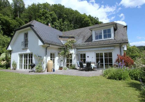 charmantes, hochwertig erbautes Landhaus mit schönem Garten in malerischem Seitental der Kyll