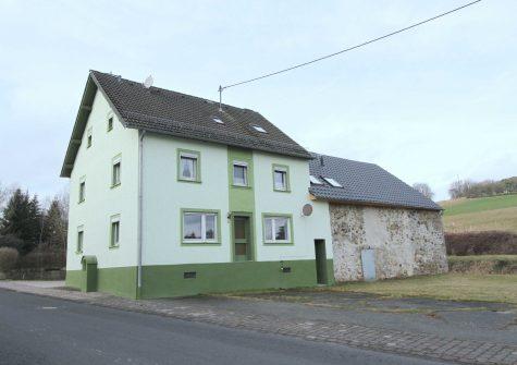 schönes ehemaliges Bauernhaus mit Bruchstein-Scheune, Halle und großem Grundstück