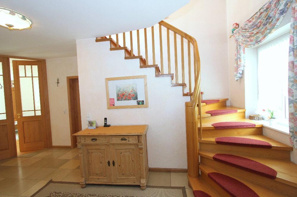 Bevorzugt Diele mit Treppe zum Dachgeschoss - EIFEL MAKLER KF97