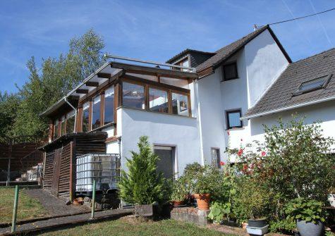 gepflegtes Wohnhaus mit wintergartenähnlich verglaster Terrasse, Garage und kleinem Garten