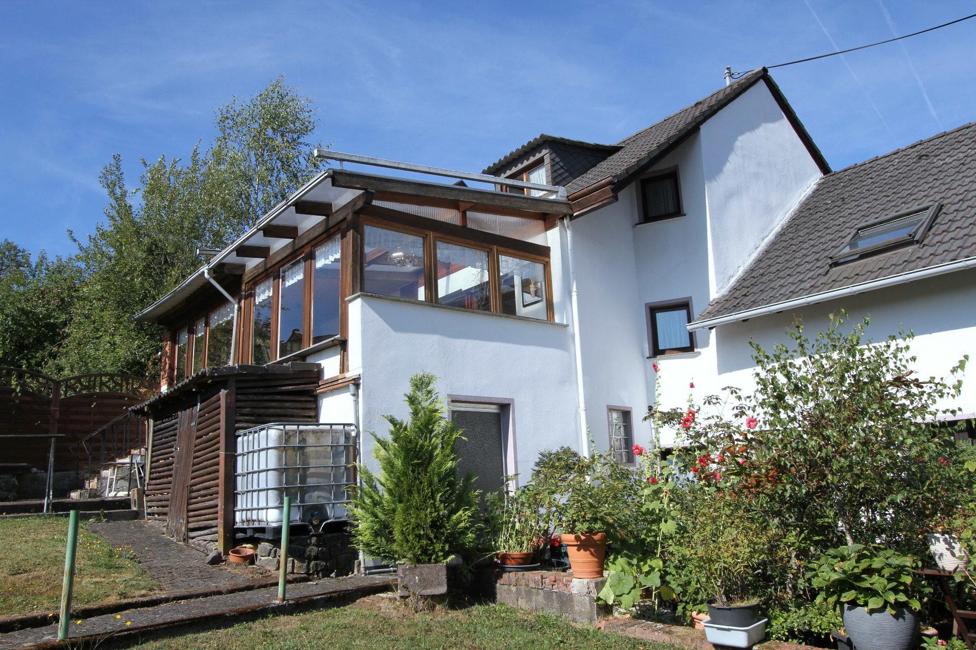 Gepflegtes Wohnhaus Mit Wintergartenahnlich Verglaster Terrasse