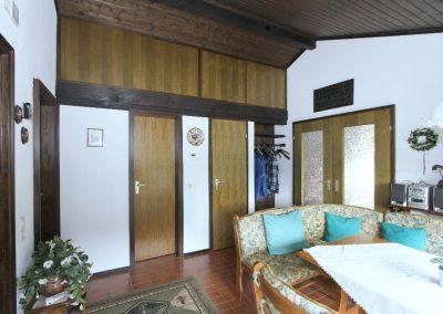 Wohndiele mit Türen zum Bad und zum Abstellraum