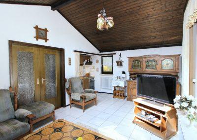 großzügiges Wohnzimmer mit Tür zur Wohndiele