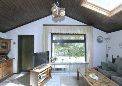 großzügiges Wohnzimmer mit Tür zum Anbau