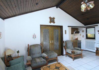 großzügiges Wohnzimmer mit integrierter Küche