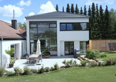 stilvolles Häuser-Ensemble aus historischem Gästehaus, Landhaus und Design-Neubau mit Burgblick