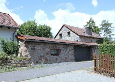 Ost-Ansicht Carport und Bruchsteinhaus