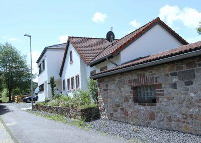 Ostseite: Carport, Bungalow und Neubau
