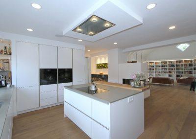 komfortable Küche mit Blick ins Wohnzimmer