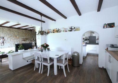 Essplatz im Bruchsteinhaus und Durchgang zur Küche