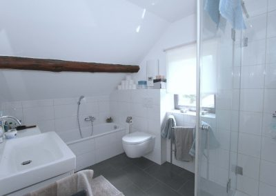 Bad im Dachgeschoss des Bruchsteinhauses