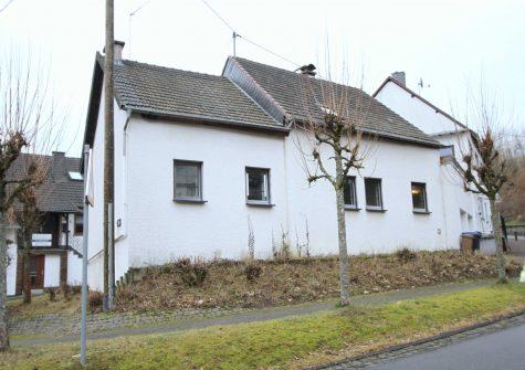 renovierungsbedürftiges Eifler Bauernhaus mit Bruchsteinscheune und kleinem Garten