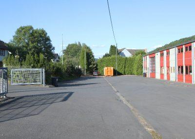 Hof und Zufahrt