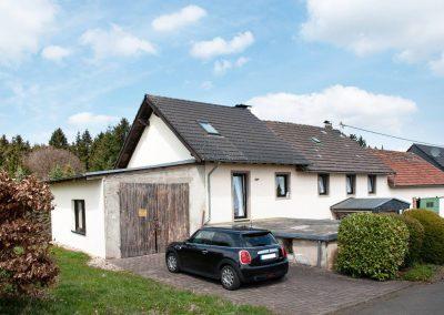 Süd-Ansicht mit Garage, Anbau + Wohnhaus