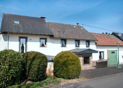 Südost-Ansicht: Anbau, Wohnhaus + Scheune