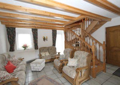 Raum 1 im Anbau mit Treppe zum DG
