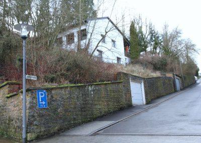 Nordost-Ansicht mit zugehöriger Garage (weißes Tor)