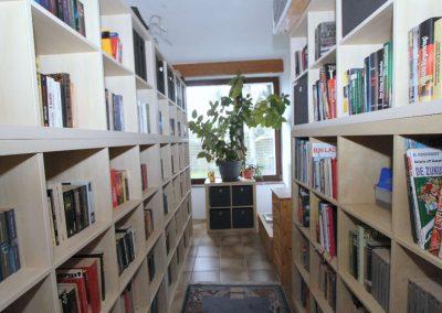 Wohnraum III im EG, der als Bibliothek genutzt wird